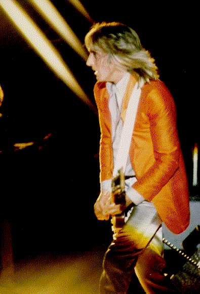 (Mick Ronson live on stage)